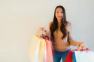 retrato de belas jovens mulheres asiáticas sorriso feliz com sacola de compras foto
