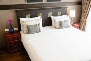 travesseiro confortável na cama foto