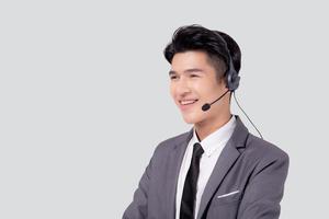 retrato jovem negócios asiáticos homem call center usando fone de ouvido isolado no fundo branco, agente com suporte e serviço, empresário é assistente para cliente com telefone ou linha de apoio online. foto