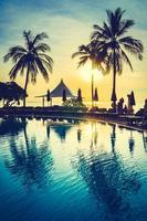 silhueta de coqueiro em volta da piscina foto