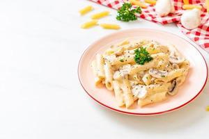 Macarrão Penne Molho de Creme Carbonara com Cogumelos - Comida Italiana foto