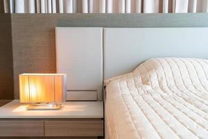 cama com colcha decorada no quarto foto