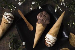 vista superior cones de sorvete caseiro com chocolate. conceito de foto bonita de alta qualidade