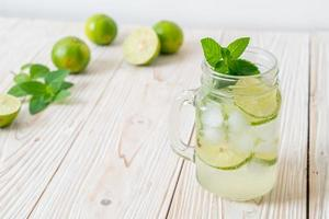 refrigerante de lima gelado com menta - bebida refrescante foto