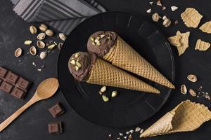 vista superior conjunto cones de sorvete com chocolate. conceito de foto bonita de alta qualidade
