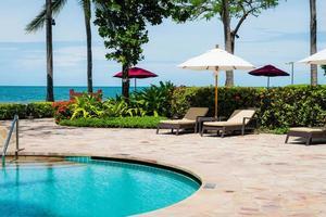piscina ao redor da piscina em hotel resort - conceito de férias e férias foto