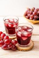 suco de uva fresco em fundo de madeira foto