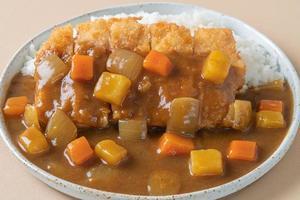 Costeleta de frango frito ao curry com arroz - comida japonesa foto