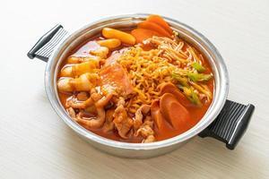 budae jjigae ou budaejjigae, ou guisado do exército ou guisado da base do exército. ele é carregado com kimchi, spam, salsichas, macarrão ramen e muito mais - estilo popular de hot pot coreano foto