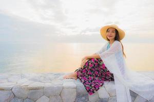 retrato lindas jovens mulheres asiáticas sorriso feliz relaxe em torno do mar, praia foto