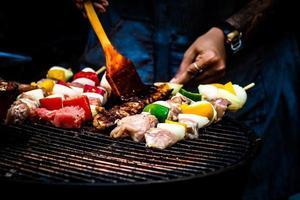 Sortido delicioso churrasco com carnes e vegetais na grelha de comida simples foto
