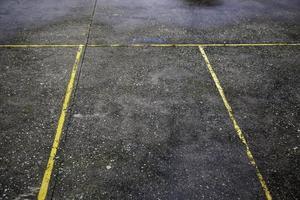 linhas de estacionamento amarelas foto