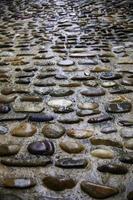 chão de pedra molhada foto