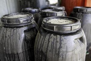 barris de óleo usados foto