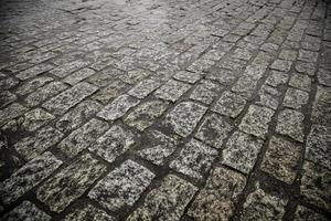 piso de paralelepípedo molhado foto