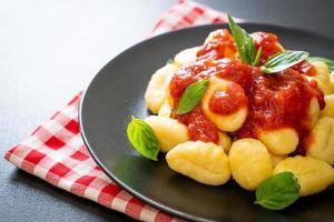 nhoque ao molho de tomate com queijo - comida italiana foto
