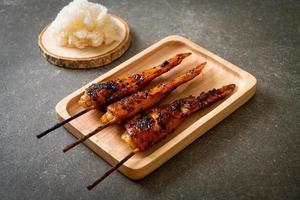 espeto de asas de frango grelhado ou churrasco com arroz pegajoso foto