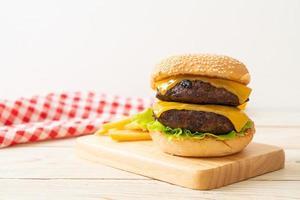 hambúrguer ou hambúrguer de carne com queijo e batatas fritas - estilo de comida não saudável foto