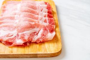 Lombo de porco cru fresco fatiado foto