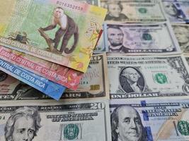 abordagem das notas e fundo da costa rica com notas de dólar americano foto
