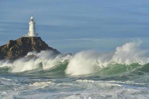 ondas de outono costeiras do reino unido corbiere lighthouse jersey foto