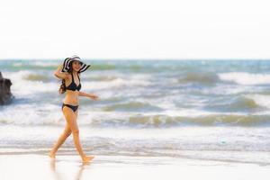 retrato linda jovem asiática usar biquíni na praia, mar, oceano foto