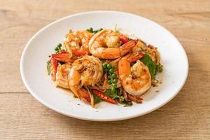 manjericão frito com camarão e ervas - comida asiática foto
