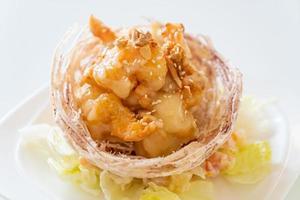 camarão frito com salada e cesta de taro frito coberto por creme de salada e maionese foto