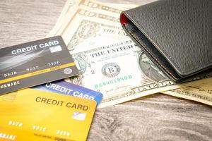 carteira com dinheiro e cartão de crédito - conceito de economia e finanças foto
