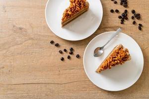 Bolo caseiro de amêndoas de café em prato branco foto