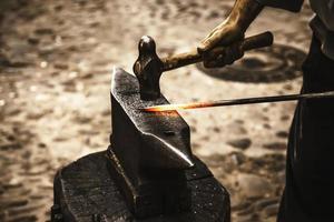 ferro incandescente em uma antiga forja de metal foto