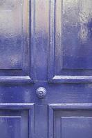 velha porta de madeira azul foto