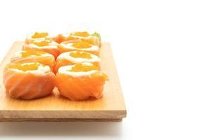 Sushi roll de salmão fresco com maionese e ovo de camarão - comida japonesa foto