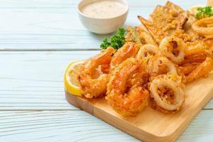 frutos do mar fritos, camarão e lula com vegetais misturados - estilo de comida não saudável foto
