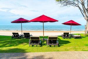 cadeiras de praia e guarda-sóis com fundo oceano mar praia foto