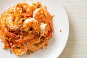 camarões fritos ou camarões com alho no prato branco - estilo frutos do mar foto