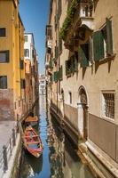 canal de veneza, rotas de navegação estreitas em veneza, março de 2019 foto