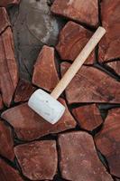 reforma de um alpendre de uma casa com acabamento em pedra natural - telhas brutas de pedra quebrada foto