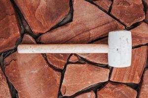 colocação de ladrilhos ondulados na cola - imitação de pedra natural - voltado para a casa do lado de fora foto