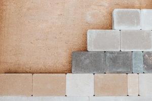colocação profissional de pedra de estrada e lajes de pavimentação para caminhar e estacionar - pavimentação de calçada foto