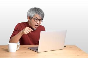 homem asiático sentado foto
