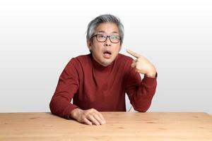 homem asiático na mesa foto