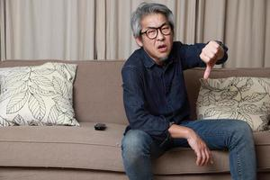 homem asiático na sala de estar foto
