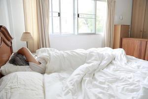 relaxando no quarto foto