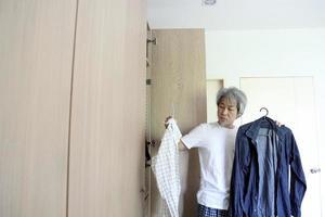 homem asiático com guarda-roupa foto