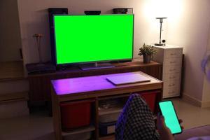 homem asiático assistindo televisão foto