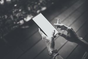 mãos e smartphone de mulher com cigarros. foto