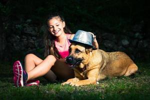 uma menina brinca com seu cão pastor alemão foto