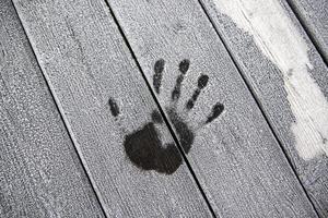 impressão da mão em madeira congelada foto