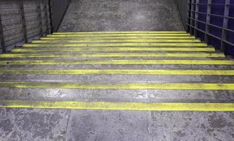 escada de metal de cimento foto